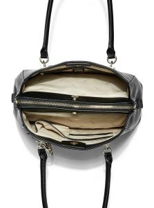 GUESS kabelka Hadley Charm Girlfriend Satchel